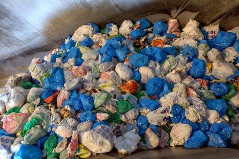 TIL SORTERING: Avfallet sorteres optisk ved renovasjonsanlegget og hvert år gjøres det også plukkanalyser.