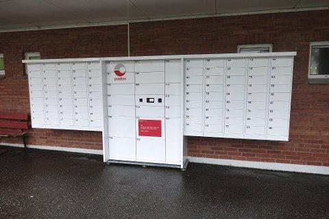 Beboerne skal fra 16.oktober teste denne leveringsløsningen for brev og pakker. Automaten har luker til hver leilighet (de små lukene på sidene), og store luker i midten for pakker. Her kan man hente pakker når som helst på døgnet. Foto: Eva Neteland