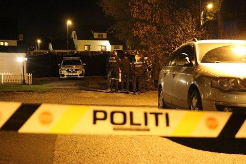 ETTERFORSKER: Politiet etterforsker fortsatt våpenfunnet hos en pensjonist på Stathelle i oktober 2019. (Huset i bakgrunnen på bildet har ikke tilknytning til saken.)