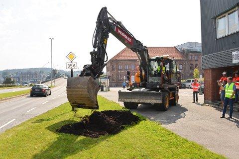 FØRSTE SPADETAK: I august var Fylkesordfører Sven Tore Løkslid hentet inn for å ta det første symbolske spadetaket med grabben, i dette bypakkeprosjektet.