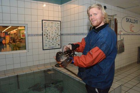 SAMME PRIS: Pris for en kilo hummer hos Kragerø sjømat, er den samme i år som i fjor. - Nemlig 679 kroner kiloen, sier daglig leder Sondre Kvihaugen. Foto: Per Eckholdt