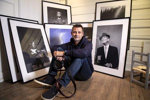 STILLER UT: Fotograf Per-Åge Eriksen stiller ut egne fotografier i sitt nye galleri og studio på Osebro,foto: markus eriksen