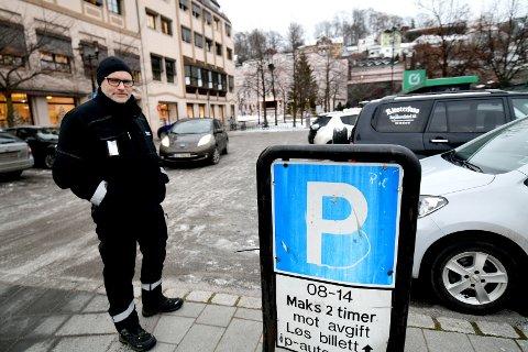 FLINKE: - Folk i Skien er flinke til å parkere, det er ikke så mye å pirke på her, sier parkeringsbetjent Dag Borgersen (48) i Skien kommune.