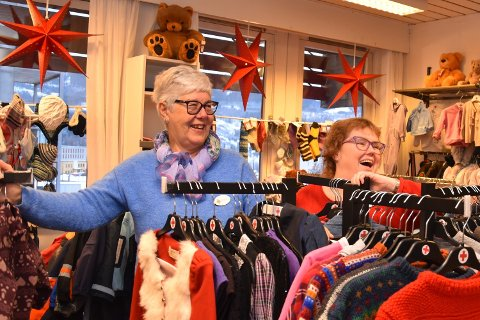 FORNØYD: Gunbjørg Markseth og Gunn Betty Kåsa jobber frivillig i butikken Notodden Røde Kors Secondhand. Her plukker de ut bruktskatter som de selger. Overskuddet går til Røde Kors.