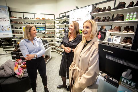 NYE TRENDER: Malin Petersen, Catinka Clausen og Amalie Sandvik Berge forteller at flere er opptatte av at skoene skal være veganske.