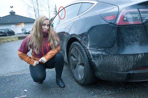 Gunn-Heidi Justad synes det både er frekt og trist at folk kan få seg il å stikke av etter et uhell. Det ikke synderen visst var at bilen har åtte kameraer(rød ring rundt ett av dem). Foto: Bjørn Sandness