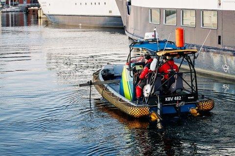Frivillige fortsetter å søke etter den norske kvinnen som forsvant fra Landskrona julaften. Bildet viser en båt fra den svenske kystvakten i sjøen ved der kvinnen forsvant. Foto: Anders Bjurö/TT / NTB scanpix