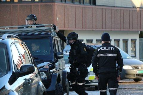 Væpnet politi jakter mannen i Porsgrunn sentrum.