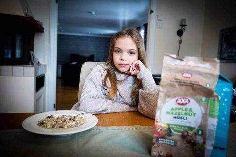 INSEKTER I FROKOSTEN: Adela Haugen Planas (9) fant insekter i frokostblandingen fra Axa. – Det var ekkelt, sier hun. Foto: Lisbeth Lund Andresen