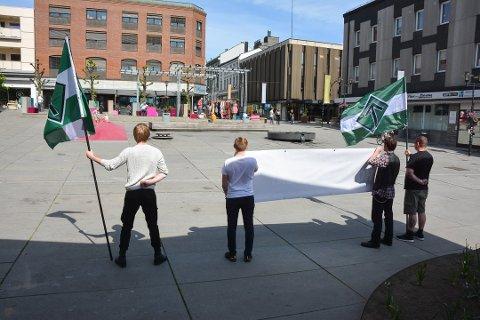 I mai i fjor var DNM i Skien for å demonstrere mot at det var gitt tillatelse til å gå med Pride-flagg i borgertoget. Demonstrasjonen skapte lite engasjement blant publikum. Foto: Jarle Pedersen