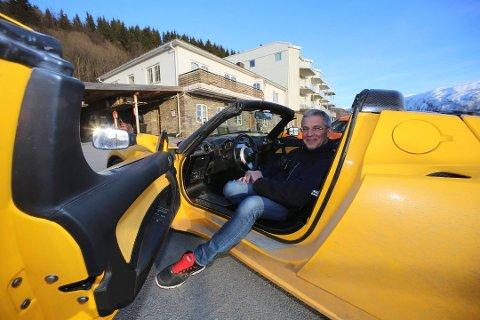 Jens Kratholm har samlet på Tesla-biler gjennom flere år. Nå teller stallen 16, ifølge dommen fra Ofoten tingrett. Men han må fjerne flesteparten av ladepunktene osm han har montert. Foto: Fritz Hansen
