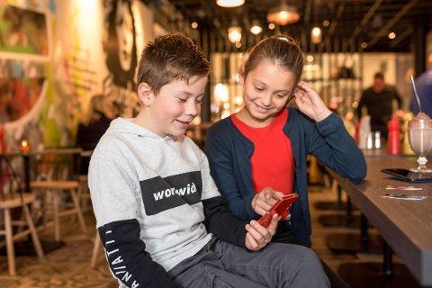 Kort og app: Ole Mathias Elverhøi-Waale (9) og Alexandria Nadine Karlskås Andersen (11) har bankkort for barn og Spink-app på mobilen.