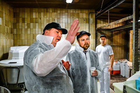OMVISNING: Mogens Iversen viser Torbjørn Røe Isaksen rundt i lokalet til Aasmundsen bakeri.