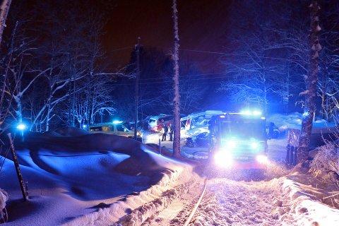 PÅ VEI I SNØEN: Alle nødetatene rykket ut til boligbrannen.