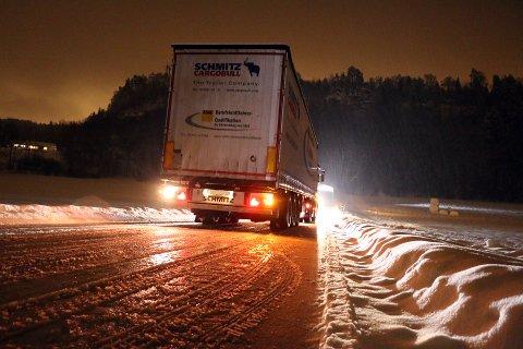 Politiet har fulgt situasjonen, og i kveld var også tungbilberger på plass for å få vogntoget videre.
