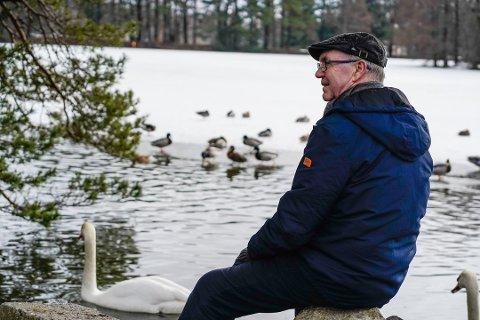 BLIR DREPT: Finn Hauge har en stor interesse for fugler og synes det er trist at huskatter dreper så mange som sju millioner fugler i året. Foto: Håkon Lexberg