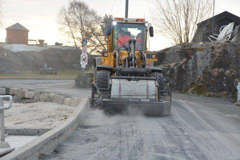 VÅRRENGJØRING: Kommunen har startet vårrengjøring av veier og gater. Foto: Per Eckholdt
