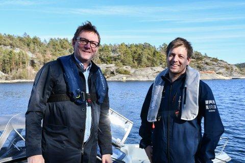 """PÅ SJØEN: Bjørn Helliksen (t.v) og Kent Andersen i Privatmegleren forteller at båten bare var oppe et par måneder før det bar ut i """"skjæra"""" igjen."""