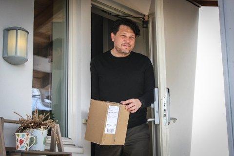TESTER NY ORDNING: Inge Barikmo er prøvekanin for Postens nye leveringsprosjekt der pakker blir levert innenfor døren uten at mottakeren er hjemme. Foto: Silje Langvik