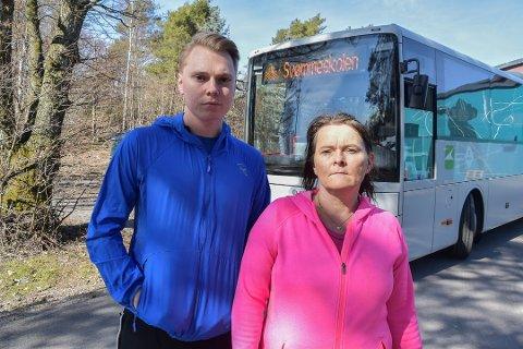 REAGERER: Robin André Bolstad og moren Yvonne synes ikke det er greit at busselskapet reklamerer for plastisk kirurgi når de frakter elever til svømmeskolen. Foto: Sonia Drivdal Patella