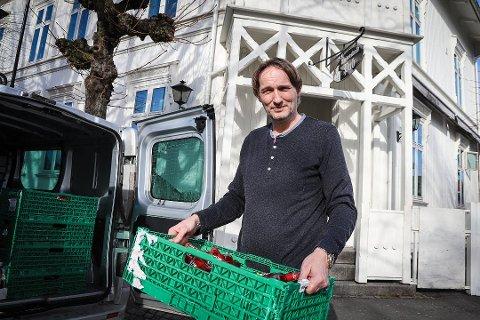 FORLATER STAVERN: Johnny Wülfken slutter som driver av Tordenskiold Pub. Varelageret tar han med seg til Helgeroa, der han driver Bryggekanten Mat og Vinhus. Foto: Sigrid Ringnes
