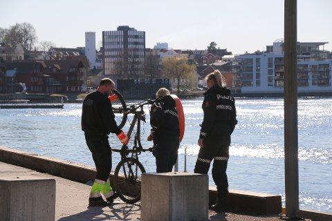 FREDAG: Likfunnet i Porsgrunnelva skjedde fredag ettermiddag. I det samme området ble det også fisket opp en sykkel.