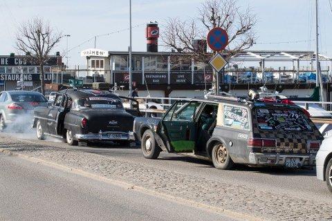 STERK TRADISJON: Torodd Overåsberget, eier av Dodgen til høyre, og en mengde andre lokale bilentusiaster inntar Strømstad også i år. Bildet er fra 2018. Foto: Terje Bendiksby / NTB scanpix