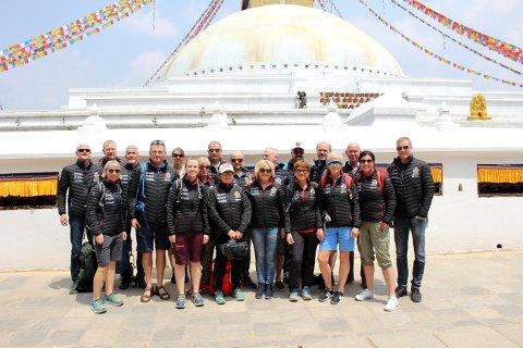 PÅ PLASS: Leif Harald Bergseth og Tone Gravir med resiefølget er nå på plass i Nepal. Tirsdag skal klatringen opp mot Base Camp starte.