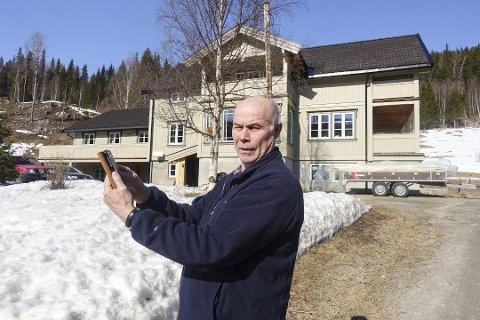 Null dekning: Ingebrit Bjørnerud må pent holde seg på kjøkkenet skal han bruke mobilen. Ute er det knapt dekning.