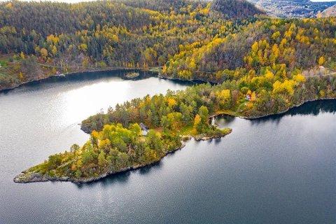 PRIVAT HALVØY: Den 27.000 kvadratmeter store eiendommen ligger skjermet midt mellom Stabbestad og Kragerø. Foto: Estate Midgaard & Opthun