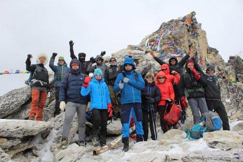 FORNØYDE: Telemarksgjengen på Himalaya-tur er nå én dag unna å nå målet om Base Camp. Tirsdag skal de etter planen gå de siste meterne opp til campen på 5360 meter.