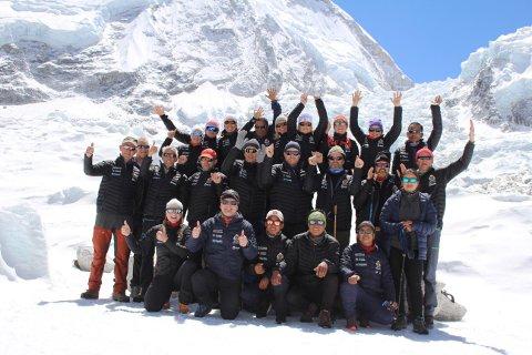 FORNØYD GJENG: Telemarksgjengen i Nepal er nå på vei ned fra Base Camp etter to innholdsrike overnattinger i den berømte leiren for fjellklatrere på vei opp mot Mount Everest. foto: privat