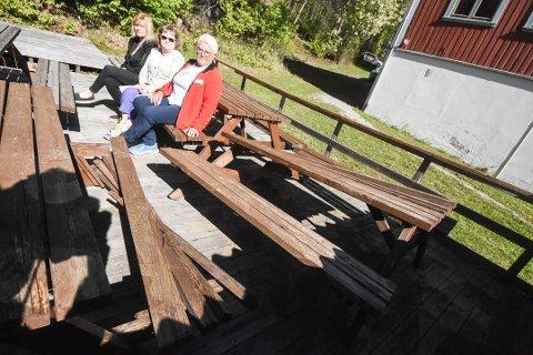 KNUST: Tora Ødegården, Gunn Betty Kåsa og Linda Brenne i Røde Korsgjengen på Notodden fant utemøblene knust tirsdag morgen.