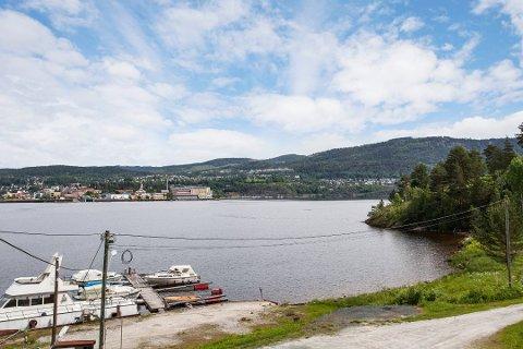EGEN HAVN: Det er egen strandlinje med egne båtplasser knyttet eiendommen.