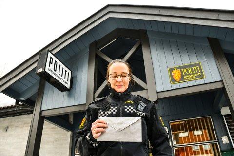 JAKTER EIER: Politibetjenten på Seljord lensmannskontor oppfordrer eieren av konvolutten om å ta kontakt, ellers tilfaller pengene statskassen.