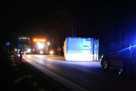 VELTET: Vogntoget skal ha kjørt ut av veien og veltet ved Bruluten i Hjartdal. Foto: Theo Aasland Valen