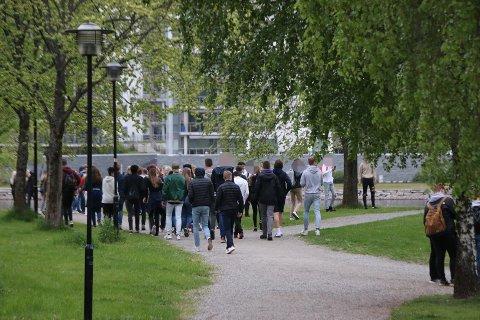 STAKK: Ungdommene dro fra Prestejordet da politiet kom, og flyttet festen ned til Bakkestranda.