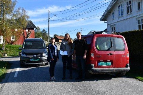 NY HOVEDFARTSÅRE: Astrid Halvorsen, varaordfører Heidi Herum og Jarle Westgård i Bamble Sp etterlyser tiltak for Valleveien fra Feset.