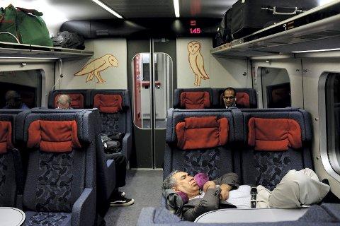 NATTA: Klokka er 01.45 på toget mellom København og Hamburg. Det er fullt lys i kupeen, og alle stasjoner annonseres på høyttalerne. Nattoget som ikke er nattog, anbefales ikke på din reise med tog. Det er kun de med det sterkeste sovehjertet som får en god natt søvn. Foto: Bjørn Harry Schønhaug