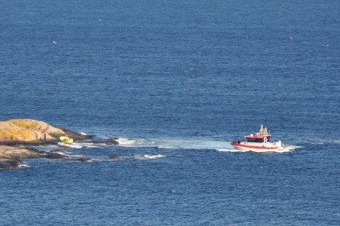 """Da redningsskøyta """"UNI Kragerø"""" kom til Vestre Stangholmen, hadde de to personene om bord i fritidsbåten kommet seg opp på tørt land. Foto: Kjell Skarheim"""