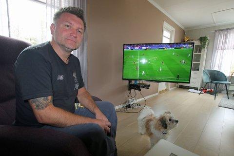 SVINDLET: Stein-Hugo Bjerkli fra Tromsø trodde han hadde sikret familien plass på lørdagens storkamp i Madrid, men han ble rundlurt. Her sammen med hunden «Theo Salah» - oppkalt etter Liverpool-stjernen. Foto: Thor Harald Henriksen