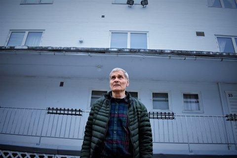 UTE: Hans Andreas Rasch-Olsen har forlatt menigheten Sannhetens Ord etter 23 år. Her står han utenfor menighetshuset i Slemmestad. Det ble bygget etter at det forrige ble bombet i 2003. Foto: Erik Sergio Auklend