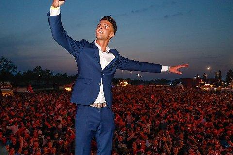 FEIRET: Rafik Zekhnini feiret opprykket med Twente foran klubbens supportere for tre uker siden. 21-åringen karakteriserer opplevelsen som den største i karrieren så langt. foto: privat