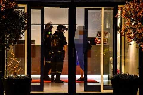 SAMLET I SPISESALEN: Bevæpna politi i store styrker tok over kontrollen på Bø hotell i går. Her er de i samtaler med det som trolig er en gjest.