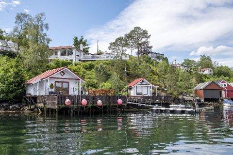 På denne eiendommen i Grimstadvegen 157 i Ytrebygda avdekket Bergen kommune i 2011 flere tiltak som ikke er søkt og eller godkjent, blant annet naustet, eller sjøboden som eieren kaller det, til høyre og deler av kaien. I tillegg er det gjort endringer på naustet til venstre som ikke er godkjent. Foto: EIRIK HAGESÆTER