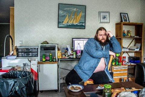 Dette er 36 år gamle Jostein Bergstrøm. Han har asperger syndrom, er paranoid schizofren, og liker å bake, skrive oppskrifter og strikke. Foto: Geir A. Carlsson