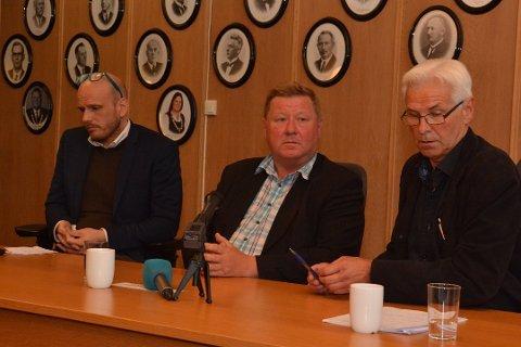 PÅ STØRSTE ALVOR: - Vi har mobbesakene i Drangedal på største alvor, sier rektor Stein Hugstmyr (til venstre), fungerende ordfører Arnt Olav Brødsjø og rådmann Jørn C. Schjøth Knudsen. Foto: Per Eckholdt