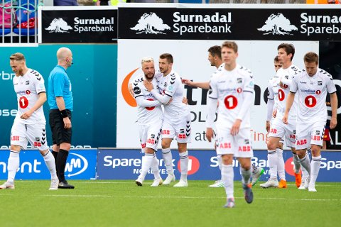 Kristiansund  20190626. NM i fotball 2019 4. runde: Kristiansund - Odd. Odds Sander Svendsen (t.v.) gratuleres med 1-2 scoringen i cupkampen i fotball mellom Kristiansund og Odd på Kristiansund Stadion. Foto: Svein Ove Ekornesvåg / NTB scanpix