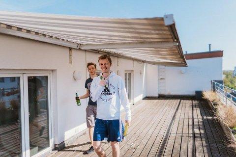 LEVER AV Å SPILLE: Anders Lilleengen (20) lever for tiden som profesjonell gamer i Madrid, men har allerede også rukket å bo andre steder. Dette er fra tiden da han bodde i Berlin. Foto: Privat