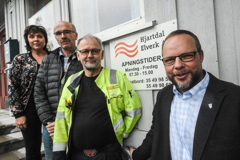 FUSJON: Det går mot fusjon eller salg i Hjartdal Elverk. Fra venstre ansatte Anne Karin Bakka Hagen, Oddgeir Kasin, og Ottar Særsland. Til høyre ordfører og eier Bengt Halvard Odden.